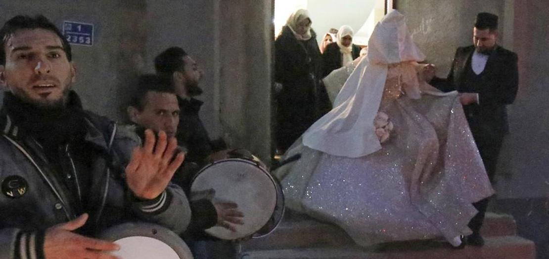 عروسان فلسطينيان خلال حفل زواجهما في قطاع غزة (أ ف ب)