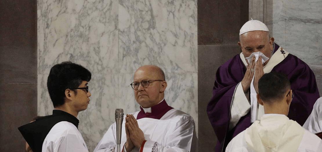 الأربعاء بدا البابا مصابًا بزكام وبسعال