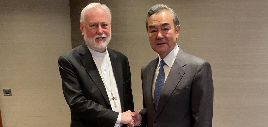 رئيس الأساقفة بول ريتشارد غالاغر والوزير الصيني وانغ يي