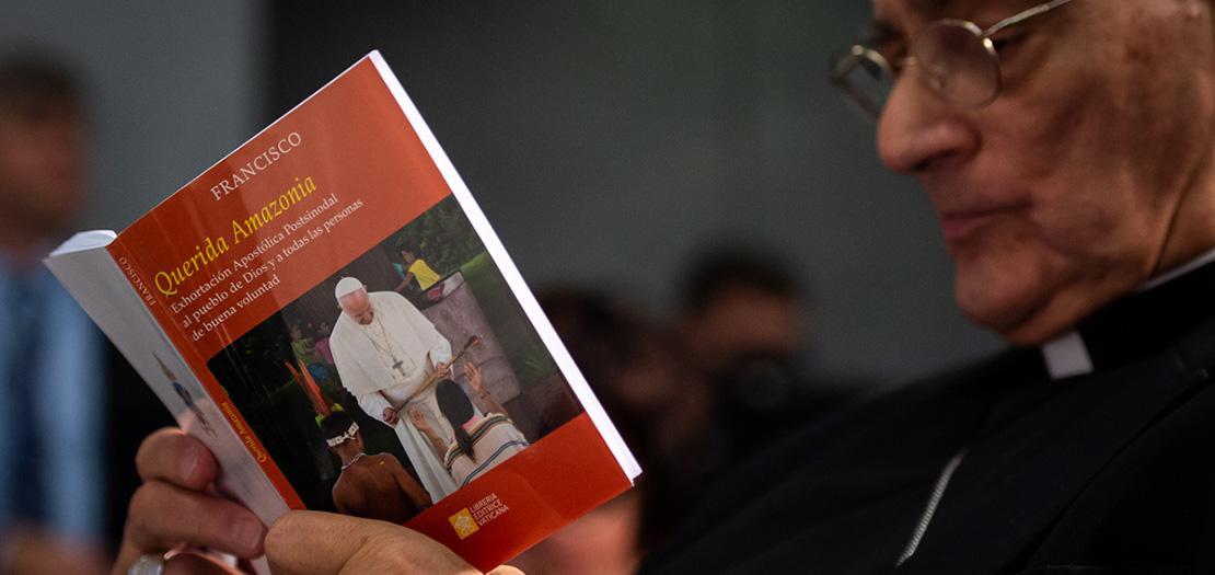 كاهن يقرأ الإرشاد الرسولي الجديد عقب صدوره في دار الصحافة التابعة للكرسي الرسولي (Antoine Mekary | ALETEIA)