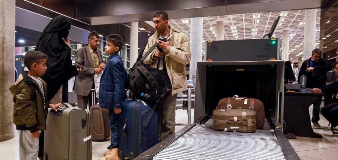 أطفال يمنيون وأولياء أمورهم بعد إجلاء طبي للأمم المتحدة من صنعاء في مطار الملكة علياء الدولي، 3 شباط 2020 (أ ف ب)