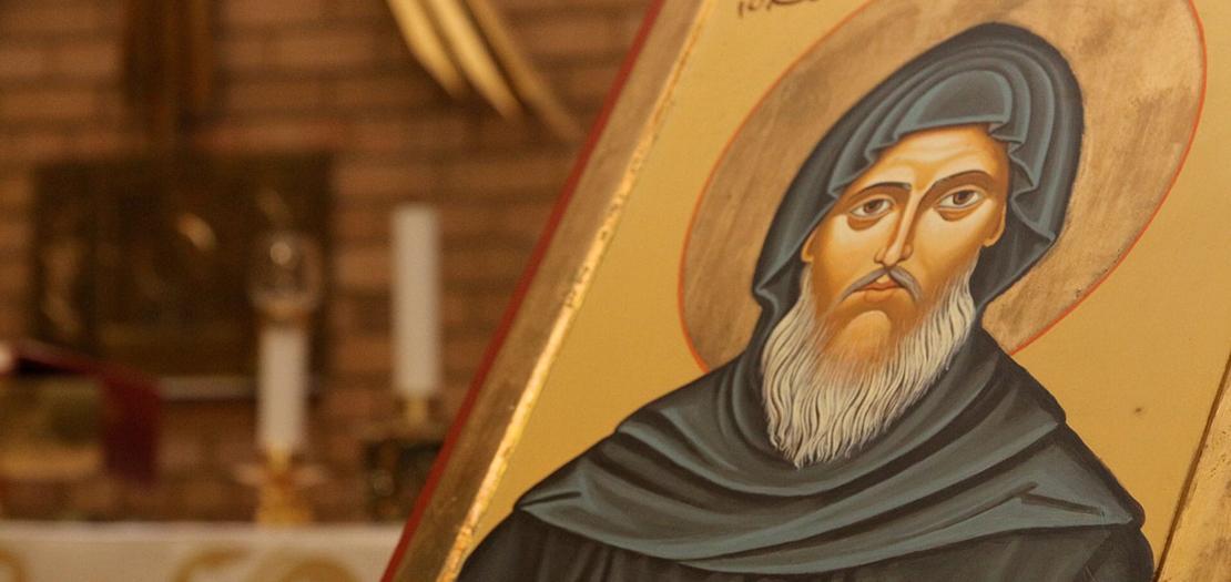 كان مار مارون راهبًا سريانيًا متنسكًا بالقرب من جبال طوروس، أو ما كان يسمّى بمنطقة قورش، قرب أنطاكيا، في منتصف القرن الخامس للميلاد