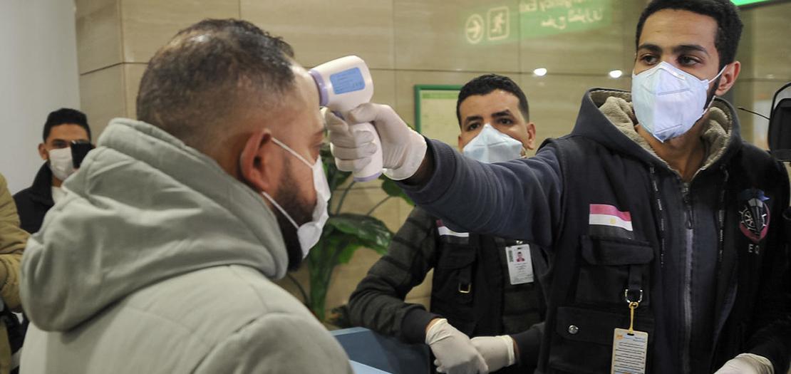 موظفو الحجر الصحي المصريون في مطار القاهرة الدولي (أ ف ب)