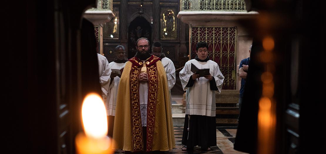 الأب سينيزا سريبرينوفيتش أمام القبر المقدس في كنيسة القيامة