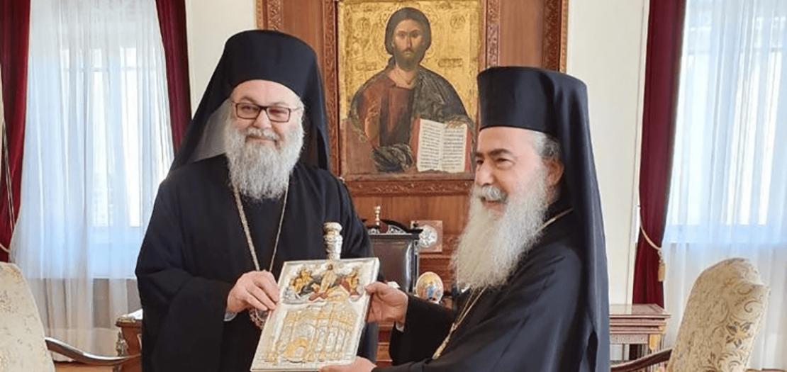 البطريرك ثيوفيلوس الثالث (يمين) وأخيه البطريرك يوحنا العاشر