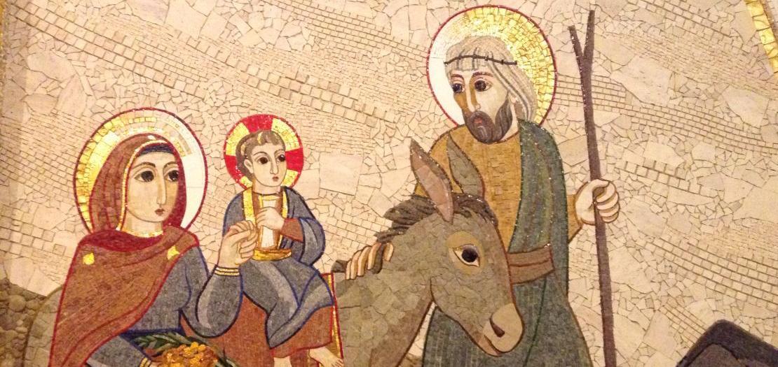 لوحة فسيفسائية من عمل الفنان الأب ماركو إيفان روبنك، تمثّل العائلة المقدسة خلال هروبها إلى مصر