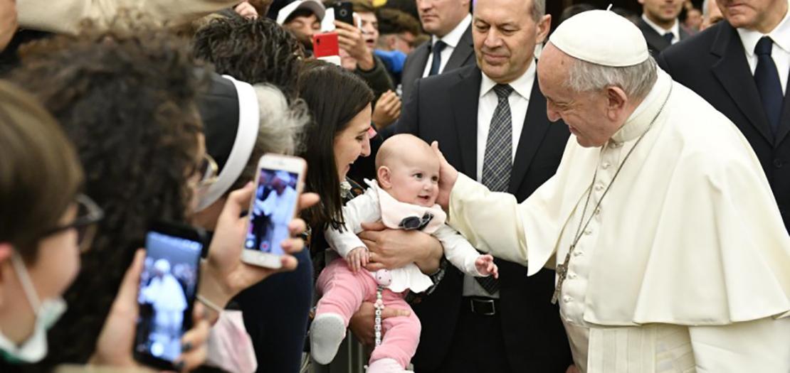 البابا فرنسيس يصافح الحضور في مقابلته العامة مع المؤمنين، اليوم الأربعاء