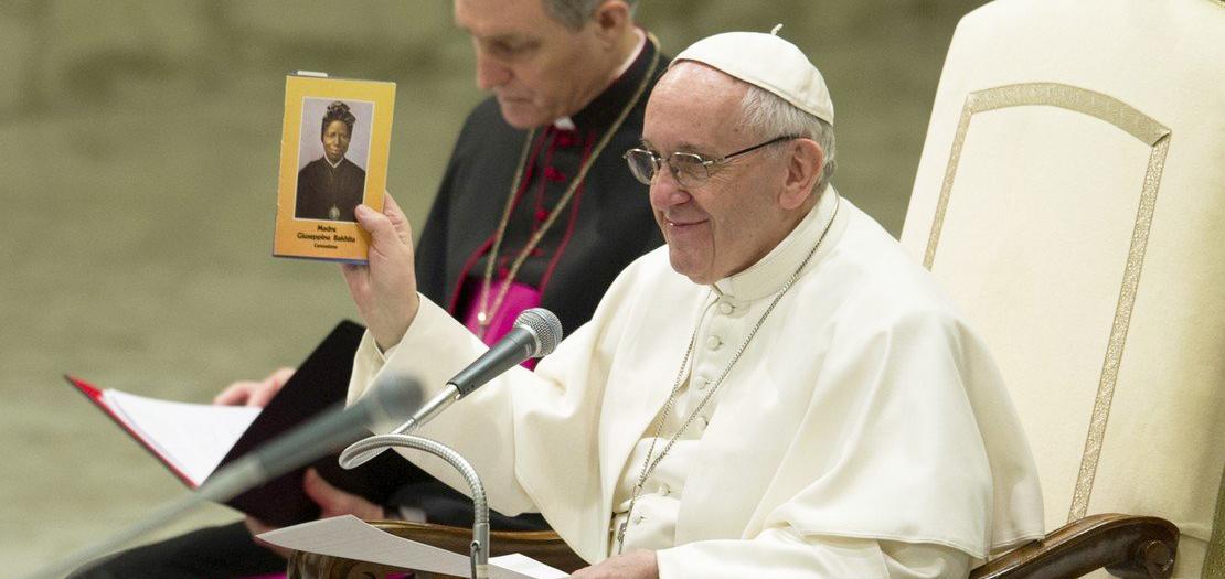 البابا فرنسيس يعرض كتابًا يحمل صورة القديسة جوزفين بخيتا، أثناء مقابلته العامة مع المؤمنين، في قاعة القديس بولس السادس بالفاتيكان، 8 شباط 2017