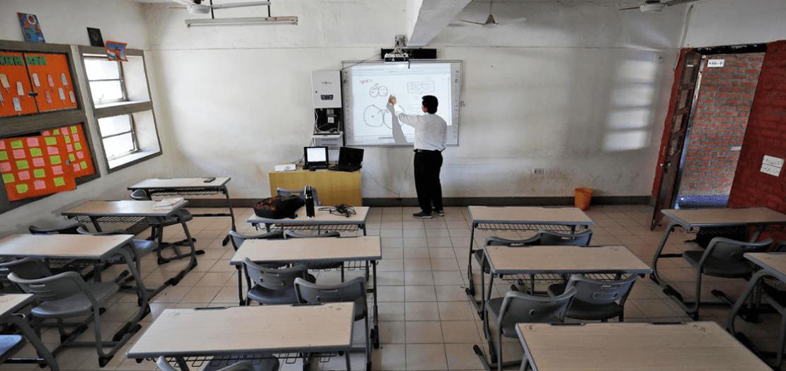 أستاذ يعطي أحد دروسه عبر الإنترنت للطلاب في الهند