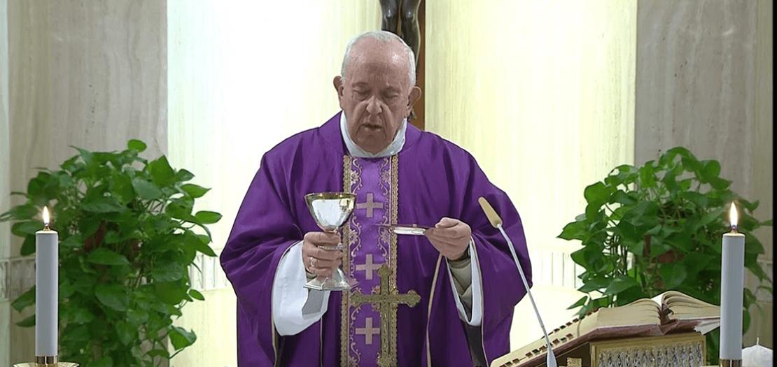 البابا فرنسيس مترئسًا القداس الإلهي في كابلة بيت القديسة مرتا بالفاتيكان