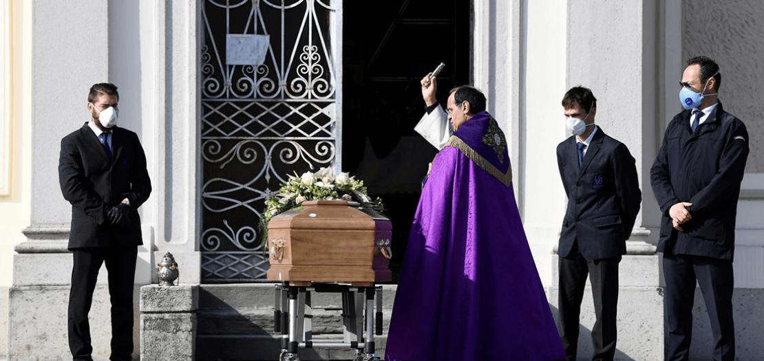 كاهن يصلي لراحة نفس أحد المتوفين بفيروس كورونا في إيطاليا المنكوبة، 28 آذار 2020