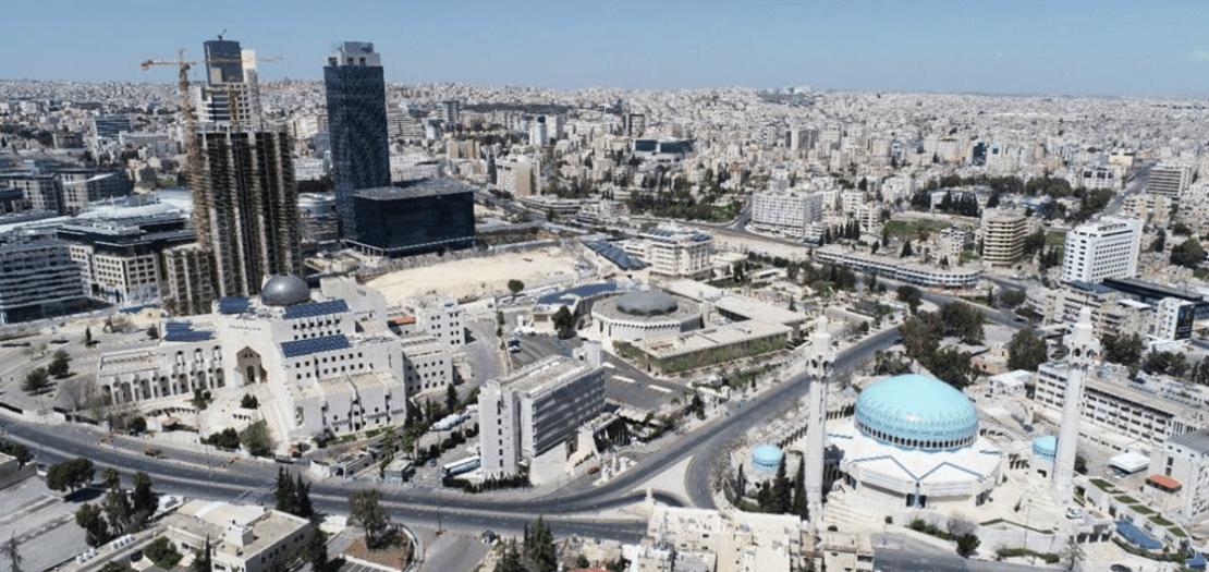 """صورة التقطت بكاميرا """"الأمن العام""""، تبين خلو شوارع العاصمة عمّان من المركبات والمارة، بعد أن أعلان الحكومة الأردنية حظرًا كاملا للتجول يوم 3 نيسان 2020"""