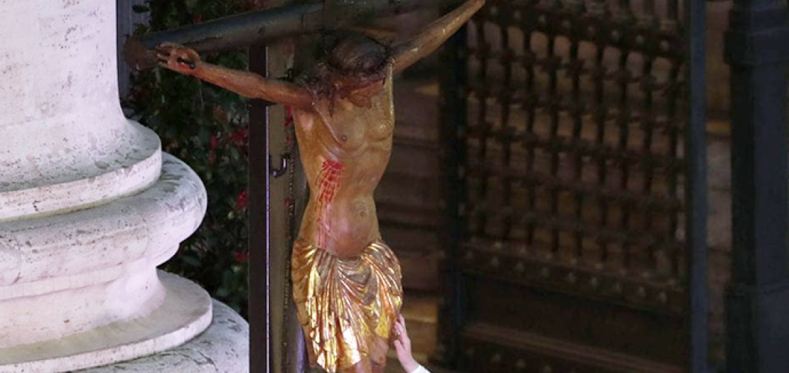 فيا لك من إله، جعلت من ذاك الصليب علامة حب كبيرة
