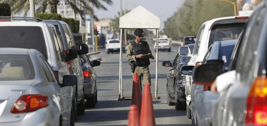 شرطي سعودي يراقب أوراق سيارات في منطقة القطيف (أرشيفية)