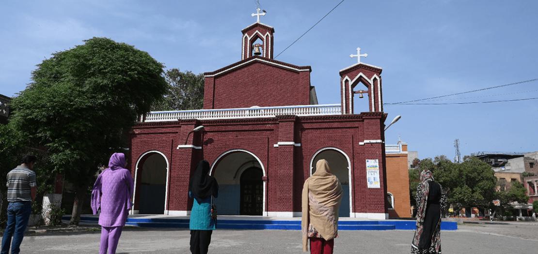 مسيحيون يصلون في خارج إحدى كنائس لاهور في 10 نيسان 2020