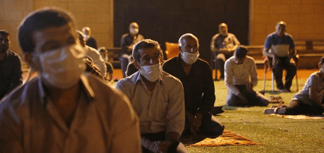 فلسطينيون يقيمون صلاة التراويح في جنين، بعد قرار بالسماح في الصلاة بالساحات الخارجية مع اتخاذ تدابير السلامة (عدي دعيبس – وفا)