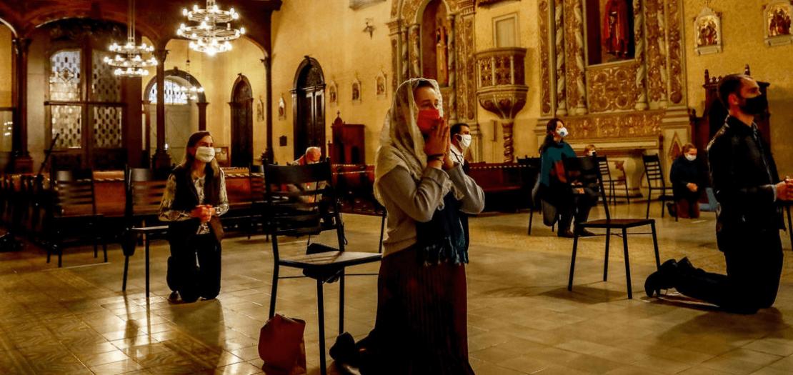 مصلون يشاركون في قداس في كنيسة بورتو أليغري في البرازيل، في 29 أيار 2020