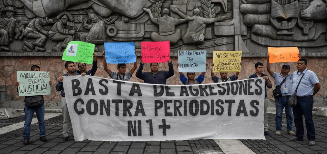 وقفة احتجاجية لصحافيين مكسيكيين للتنديد باغتيال زميل لهم في مدينة بابانتلا في المكسيك في 22 آذار 2018