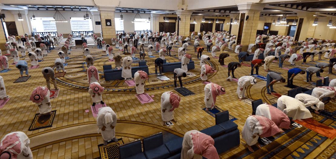 مصلون سعوديون يلتزمون قواعد التباعد الاجتماعي في مسجد الراجحي في الرياض في 31 ايار 2020 (أ ف ب)
