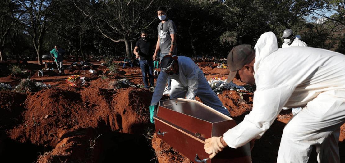 دفن أحد ضحايا فيروس كورونا في مدينة ساو باولو البرازيلية.
