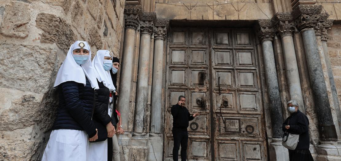 مسيحيون أمام كنيسة القيامة التي بقيت مغلقة بسبب وباء كوفيد-19، 24 أيار 2020