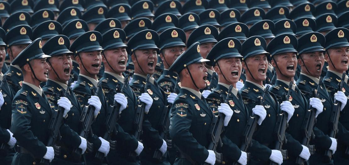 جنود صينيون خلال عرض عسكري في ساحة تيانانمين في بكين في 1 تشرين الأول 2019