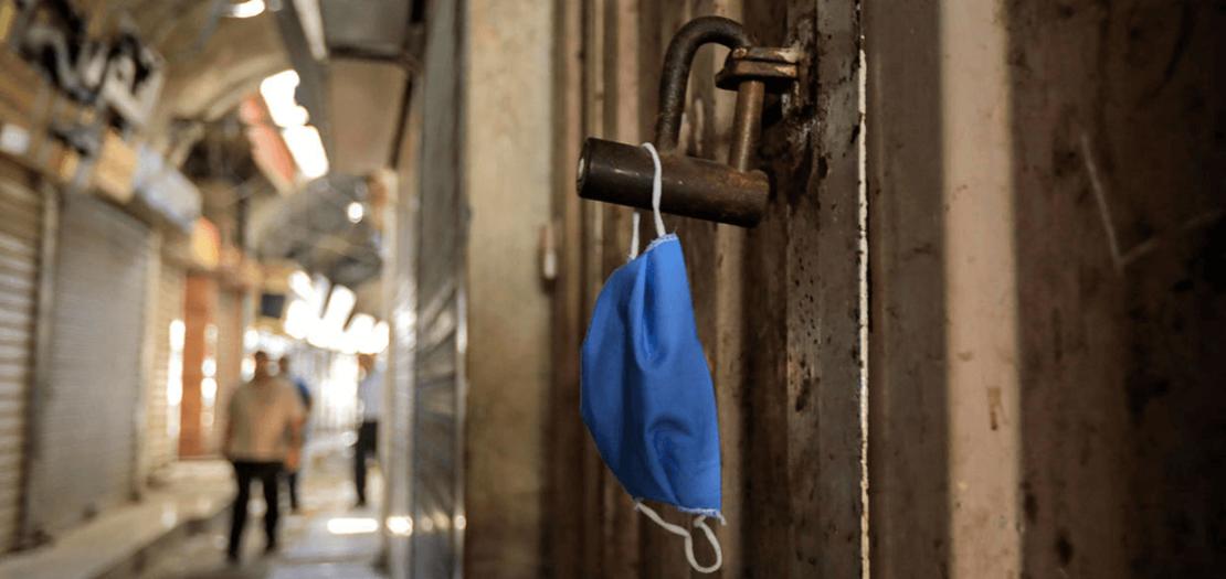كمامة عند مدخل أحد المحال في غزة في 22 أيار 2020