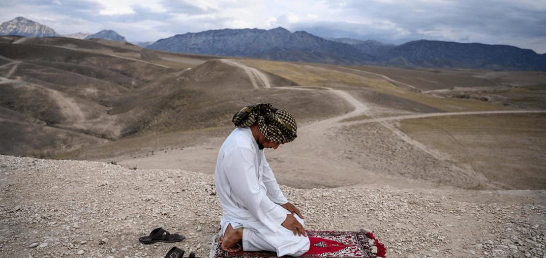 أفغاني يؤدي الصلاة على هضبة قرب مدينة مزار الشريف في شمال أفغانستان في 15 أيار 2020