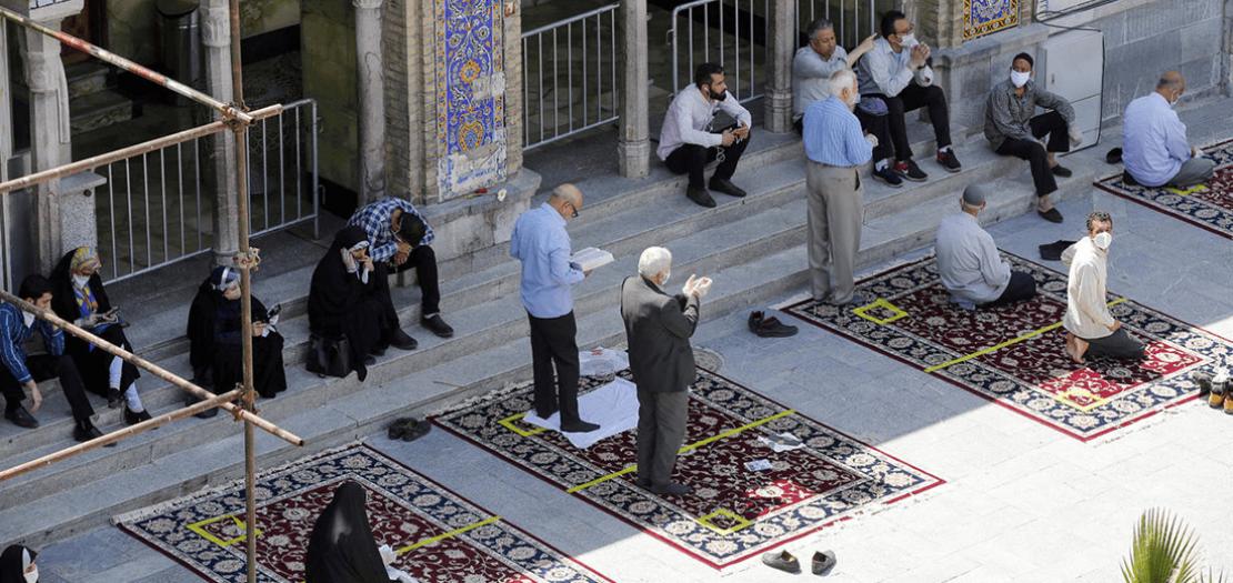 مصلون في مرقدالشاه عبد العظيم في طهران في 25 أيار 2020