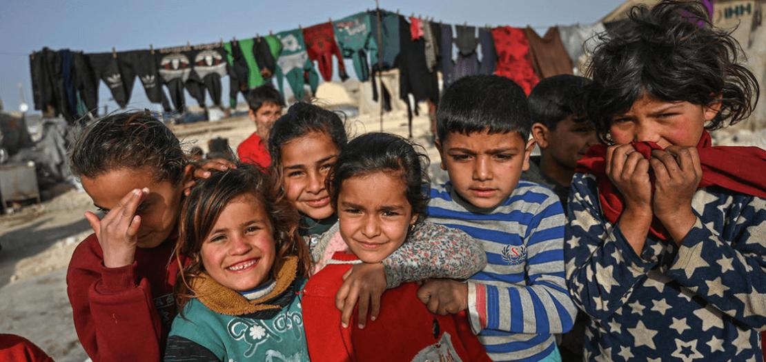 أطفال سوريون في مخيم للنازحين أقامته هيئة الإغاثة الإنسانية التركية في قرية كفر لوسين في محافظة إدلب بشمال غرب سوريا قرب الحدود مع تركيا، 10 آذار 2020