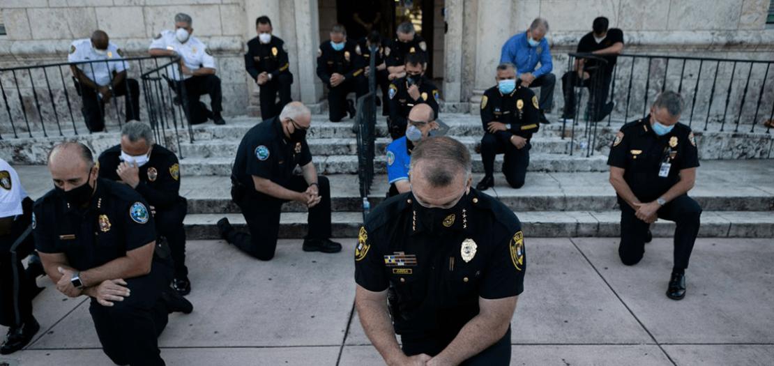 شرطيون أمريكيون يركعون تضامنًا مع المتظاهرين ضد عنف زملائهم