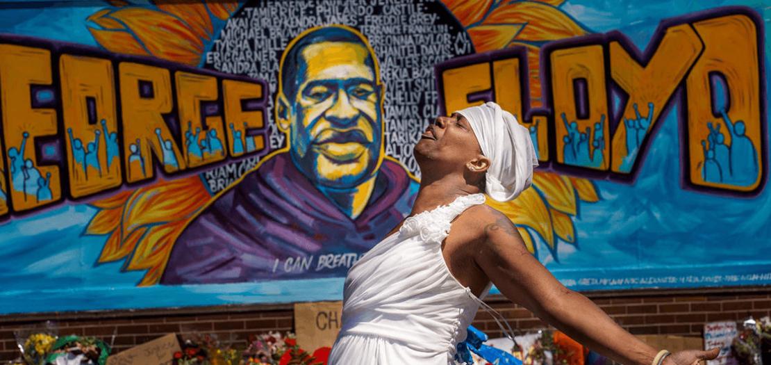 لوحة جدارية تكريمًا لذكرى جورج فلويد في مكان وفاتة بمينيابوليس في 30 أيار 2020