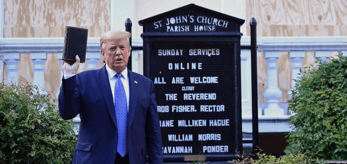 الرئيس الأميركي دونالد ترامب رافعًا الكتاب المقدس أمام كنيسة سانت جون المجاورة للبيت الأبيض في واشنطن
