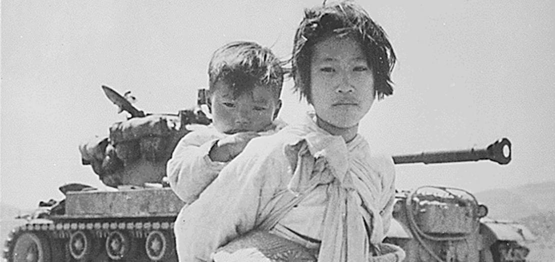 فتاة كورية مع شقيقها أمام دبابة في هينغجو في كوريا في حزيران 1951