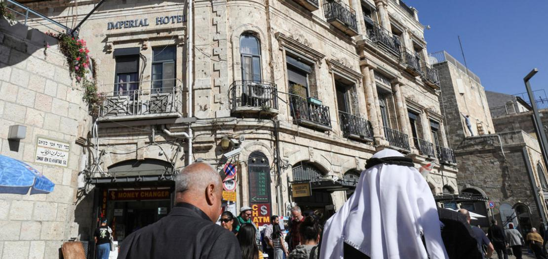 مارة يمشون بجوار فندق امبريال الواقع عند مدخل باب الخليل في الحي المسيحي في البلدة القديمة بالقدس