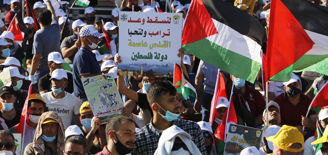 فلسطينيون يشاركون في تظاهرة ضد ضم أجزاء من الضفة الغربية إلى إسرائيل في أريحا في 22 حزيران 2020