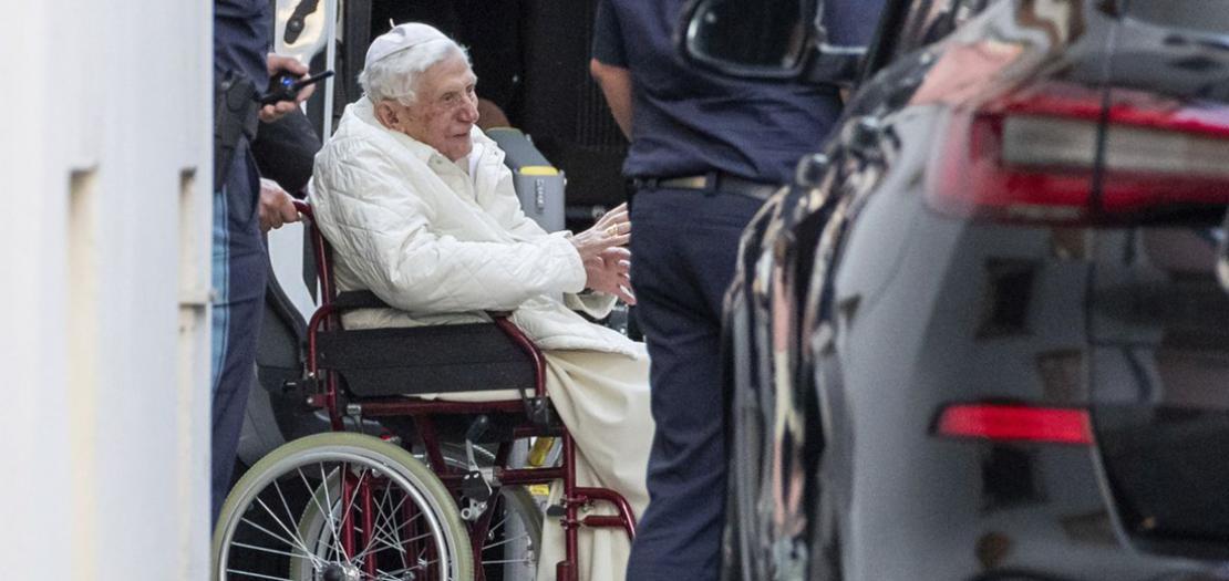 البابا الفخري بندكتس السادس عشر أثناء سفره إلى بلده المانيا لعيادة شقيقه المريض المونسنيور جورج راتسينغر