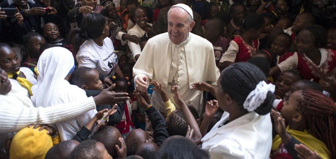 البابا فرنسيس يلتقي بالفقراء في كينيا 2015 (صورة أرشيفية من إعلام الفاتيكان)