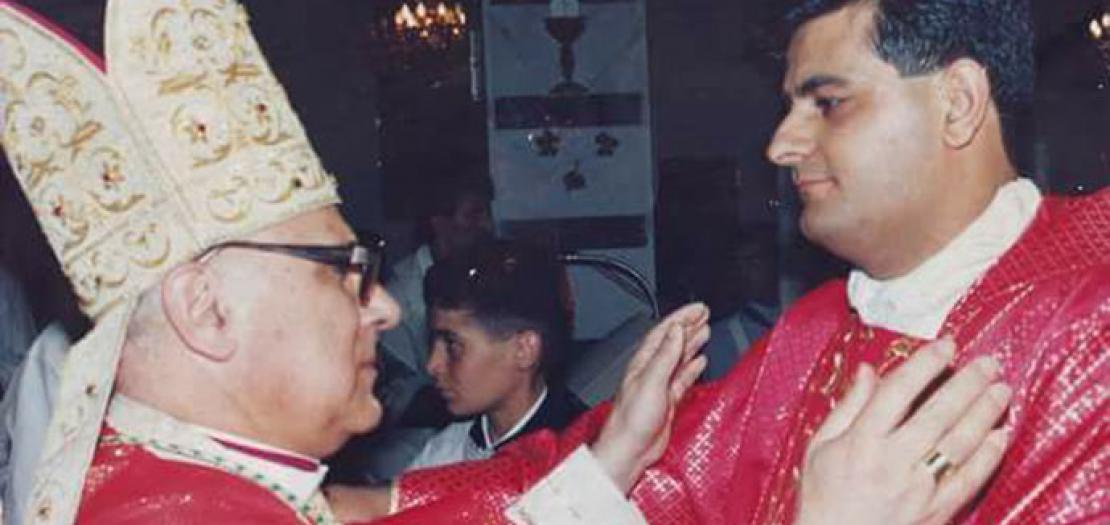 البطريرك ميشيل صبّاح محييًا الأب رفعت بدر في رسامته الكهنوتية عام 1995