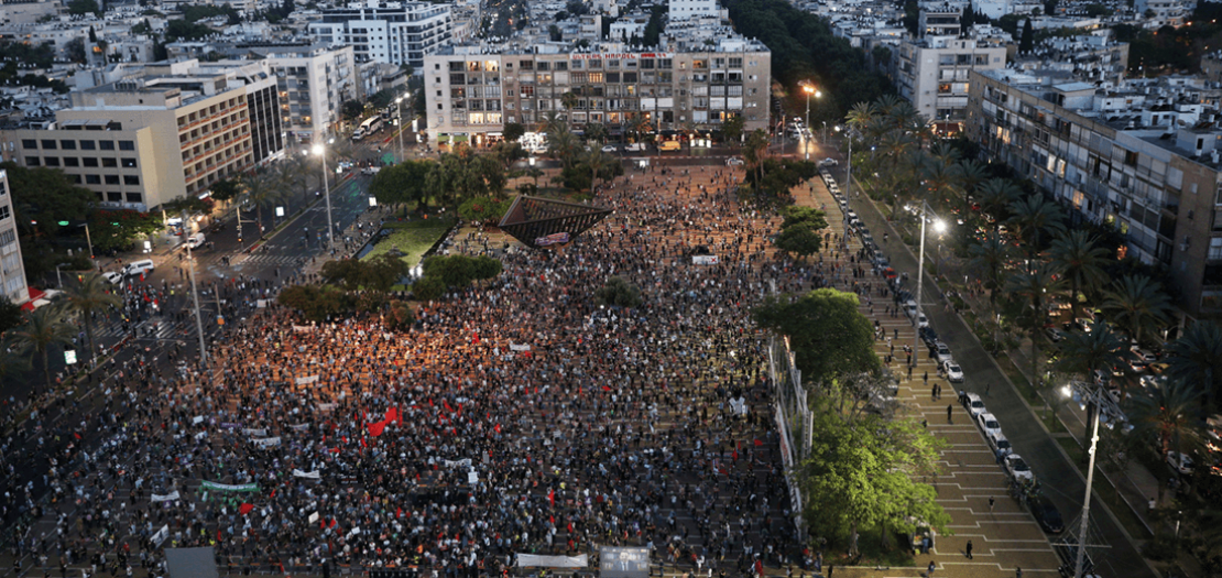 متظاهرون يحتجون على مشروع الحكومة الإسرائيلية لضم أجواء من الضفة الغربية المحتلة في ساحة رابين بتل أبيب
