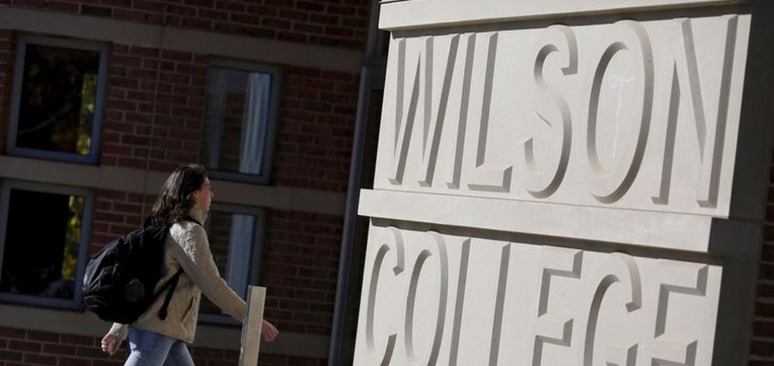 صورة من أرشيف رويترز لمدخل كلية ويلسون التابعة لجامعة برينستون في نيوجيرسي