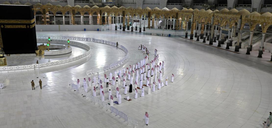 عدد محدود جدا من المصلين حول الكعبة في مكة المكرمة تحسبًا لانتشار فيروس كورونا في 27 نيسان 2020