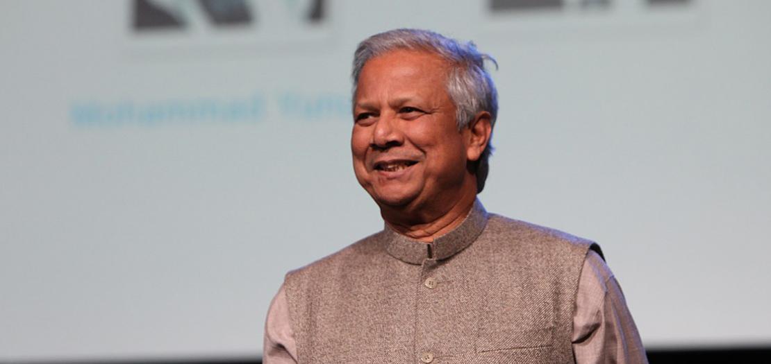 البروفيسور محمد يونس، أستاذ الاقتصاد السابق في جامعة شيتاجونج، إحدى الجامعات الكبرى في بنغلاديش، ومؤسس بنك غرامين، وحاصل على جائزة نوبل للسلام عام 2006