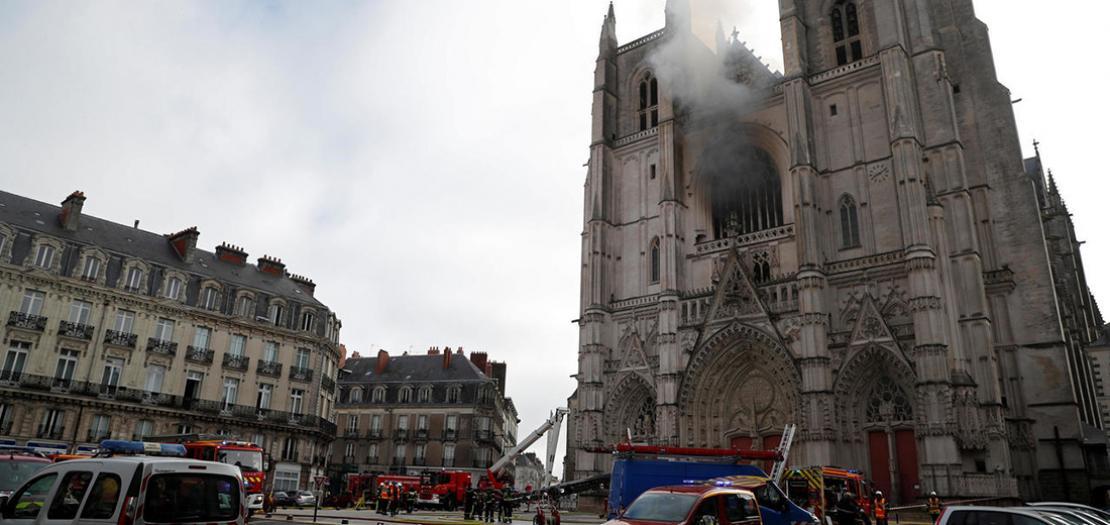 رجال الإطفاء يتجمعون في مكان الحريق في الكاتدرائية، 18 تموز 2020