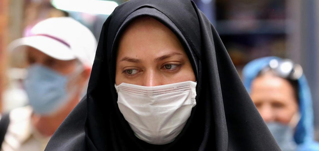 إيرانية تضع قناعًا واقيًا في سوق تاجريش بازار في العاصمة طهران، 14 تموز 2020
