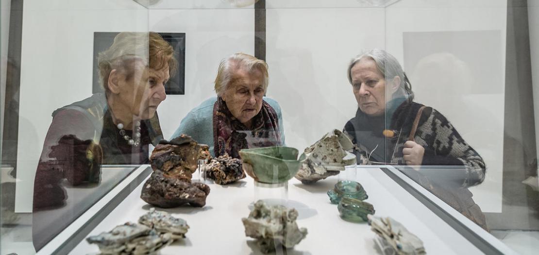 قطع فخارية أدى قصف هيروشيما النووي إلى ذوبانها،معروضة في متحف الحرب العالمية الثانية في دانسك ببولندا، في 29 كانون الثاني 2017