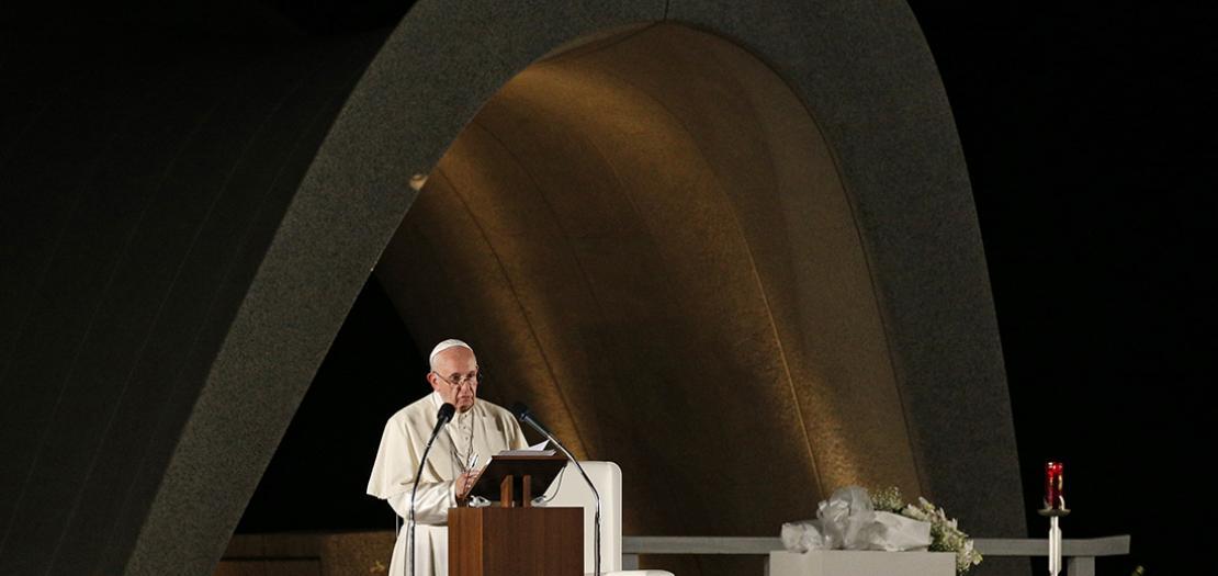 البابا فرنسيس يتحدث في حديقة السلام التذكارية في هيروشيما خلال زيارته لليابان في عام 2019