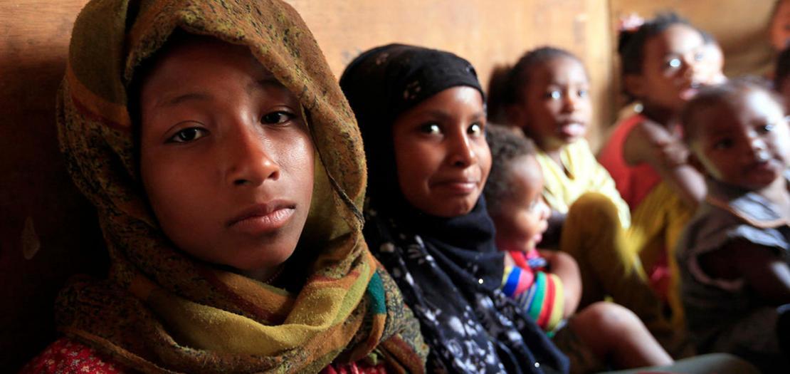 """أطفال يمنيون سود من """"المهمشين"""" يتابعون دروسًا في أحد أحياء صنعاء، 4 تموز 2020"""