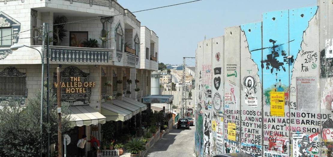 """فندق """"وولد اوف"""" الذي دشنه فنان الشارع البريطاني بانكسي العام 2017 في الضفة الغربية المحتلة وتطل نوافذه على الجدار الذي بنته إسرائيل"""