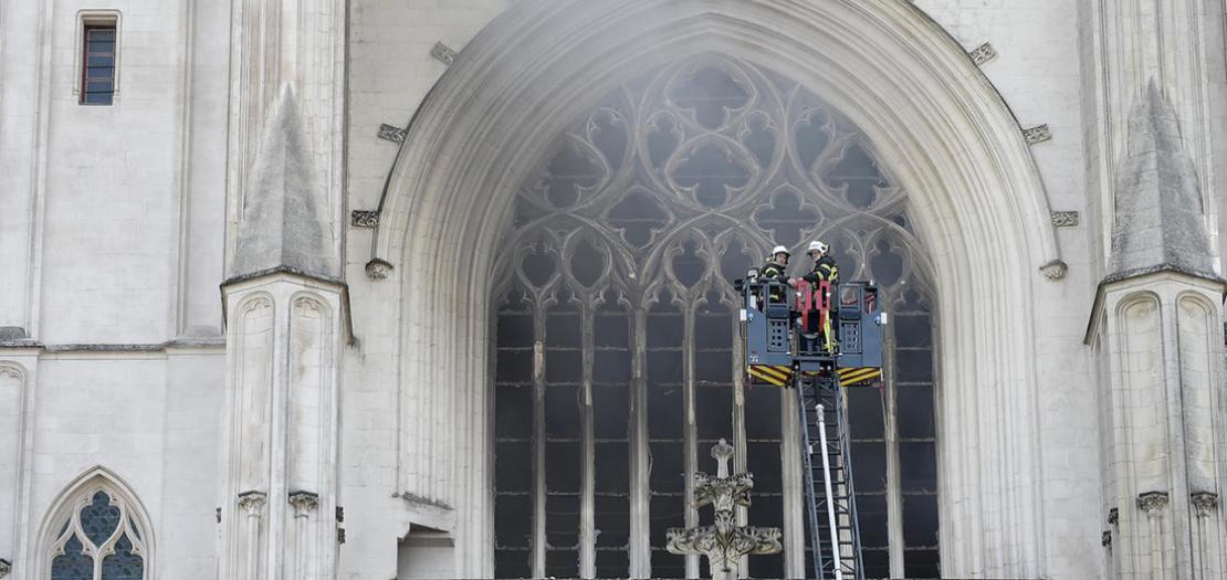 عناصر الإطفاء يكافحون حريق كاتدرائية نانت في 18 تموز 2020